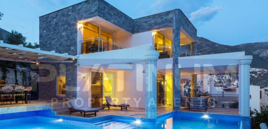 Luxury Villa with four well-appointed bedrooms and sea views